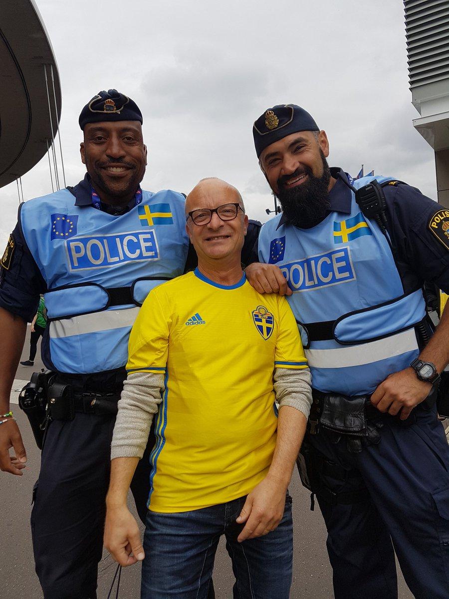 Svenska poliser till em i fotboll
